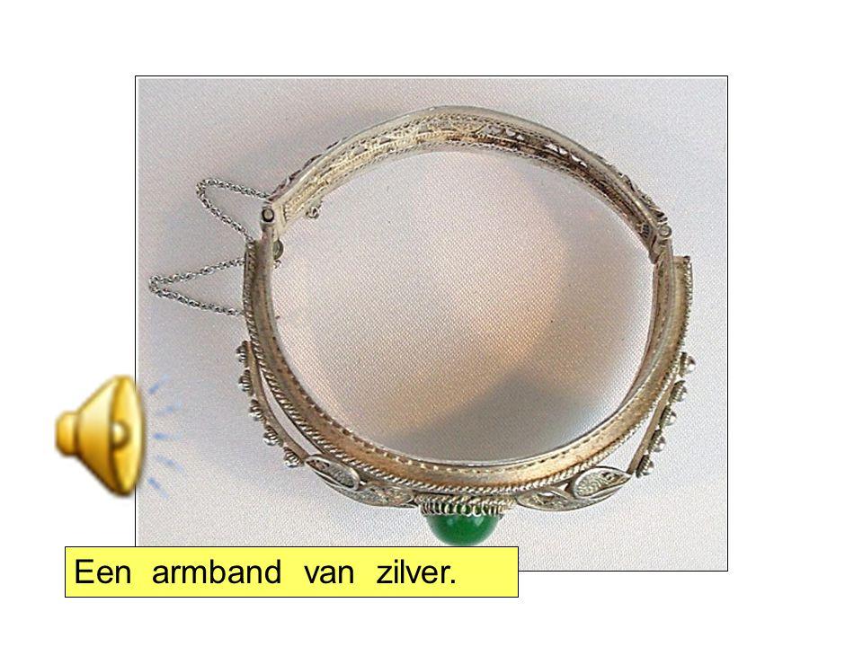 Een armband van zilver.