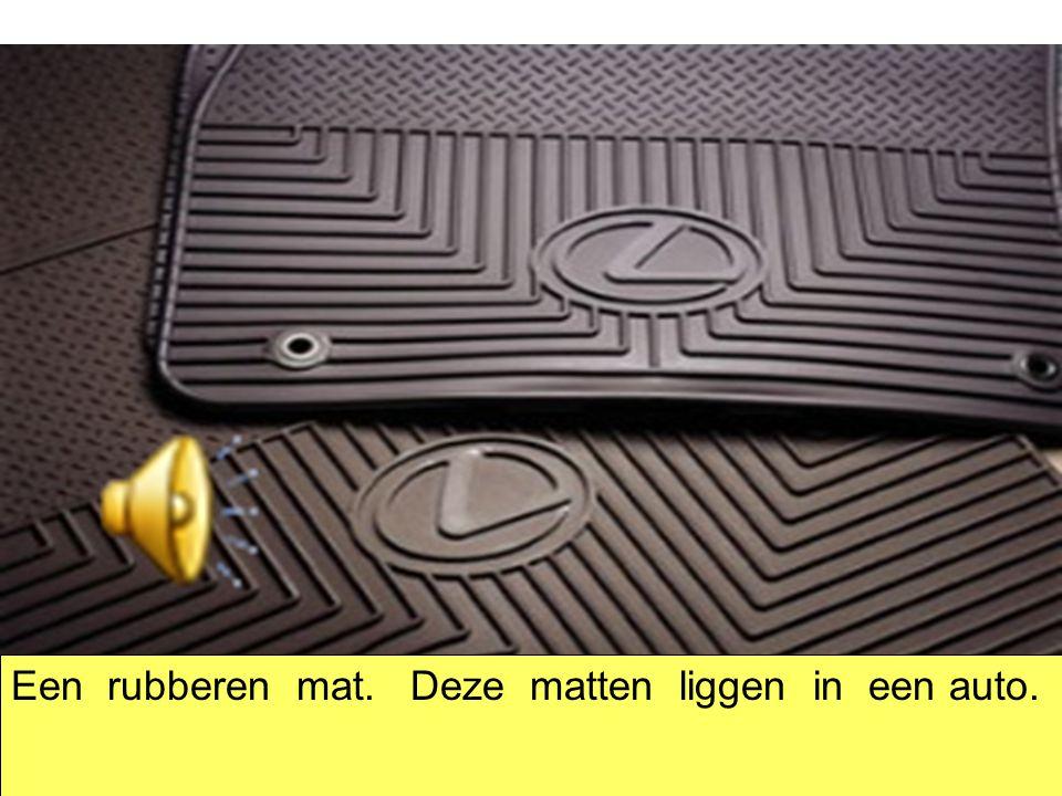 Een rubberen mat. Deze matten liggen in een auto.