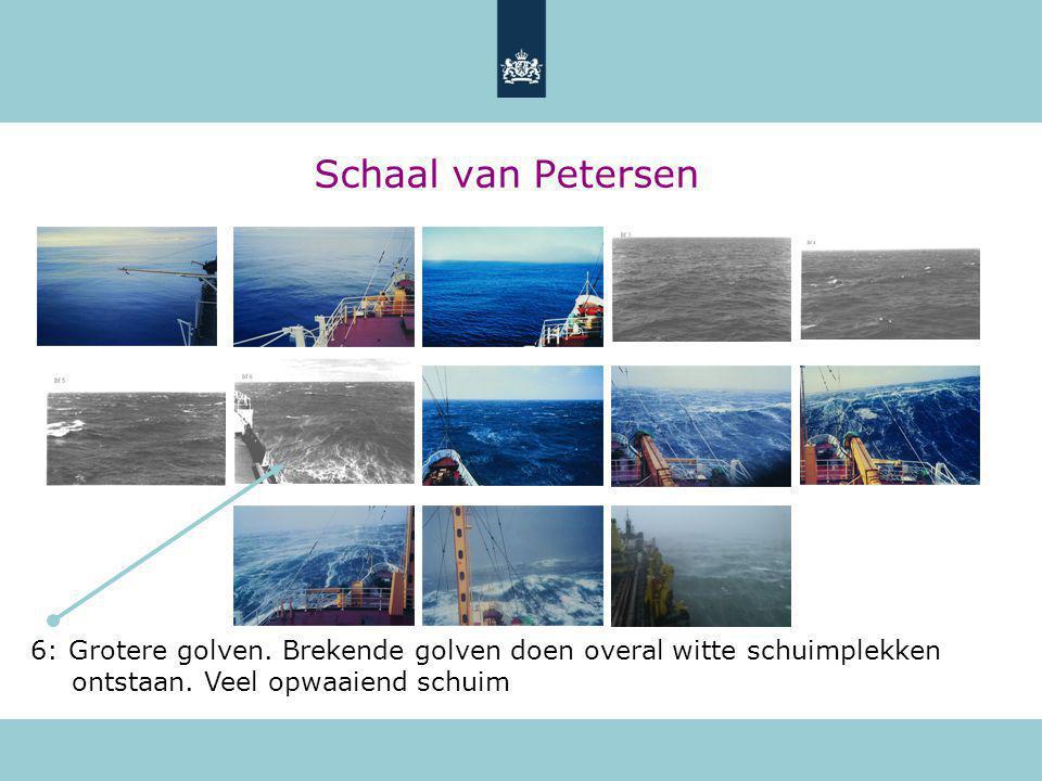 Schaal van Petersen 6: Grotere golven. Brekende golven doen overal witte schuimplekken ontstaan.