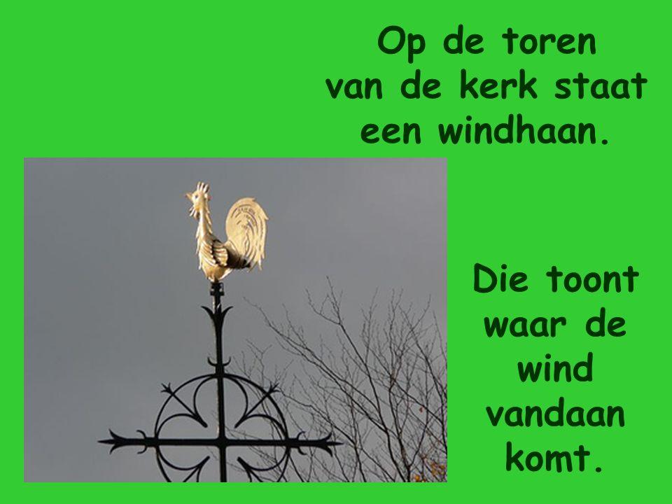 Op de toren van de kerk staat een windhaan.
