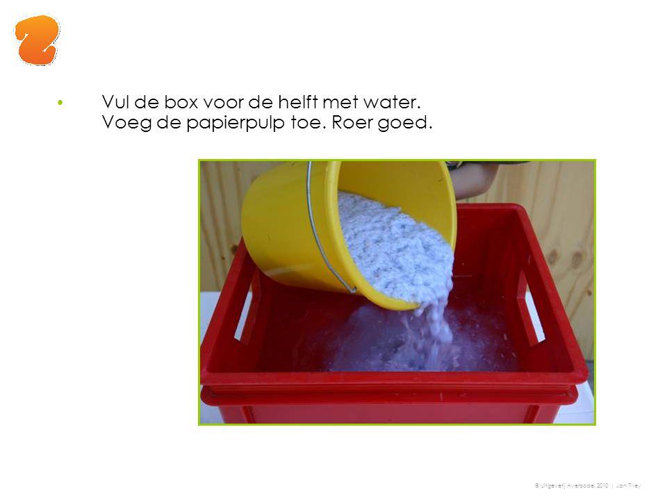 Vul de box voor de helft met water. Voeg de papierpulp toe. Roer goed.
