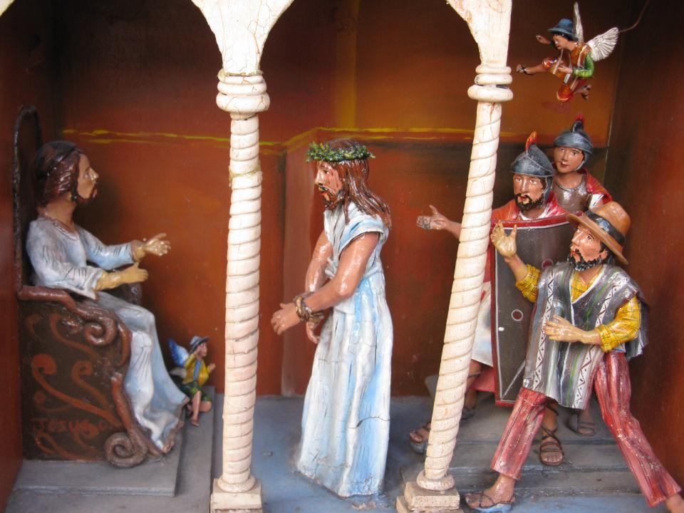 Jezus wordt gevangen genomen door de hogepriesters, de schriftgeleerden en de oudsten van het volk. Ze zoeken naar een reden om Jezus ter dood te brengen. 'Ben Jij de Verlosser ' vragen ze Jezus zegt: 'Dat ben Ik.' Dat is genoeg voor de bende. Ze zullen Jezus doden. Ze slaan Hem en brengen Hem naar Pontius Pilatus, de Romeinse landvoogd. Pontius Pilatus denkt dat Jezus onschuldig is, maar hij is bang voor een opstand. Want de mensen om hem heen willen Jezus weg, meer, ze willen hem dood. Kijk maar naar hun gezichten en gebaren. 'Ben jij de koning ', vraagt Pontius Pilatus aan Jezus. Jezus zegt: 'Gij zegt het.' Pilatus probeert nog om Jezus vrij te laten in plaats van Barabas, een moordenaar. Maar de bende roept: 'Weg met Jezus. Aan het kruis met Hem'. Pilatus laat Jezus geselen en hij laat de soldaten Hem meenemen. Hij oordeelt dat Jezus een misdadiger is en aan het kruis moet sterven. De soldaten zetten Jezus een doornenkroon op het hoofd en brengen Hem weg.