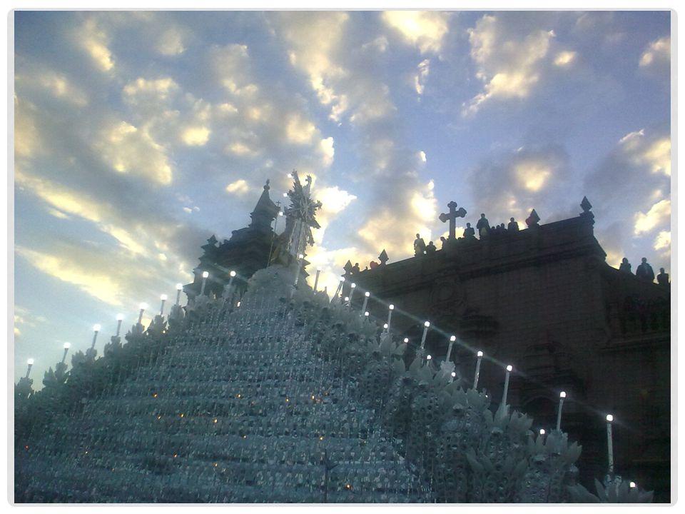 Dit is een beeld van de processie in Ayacucho op paasmorgen