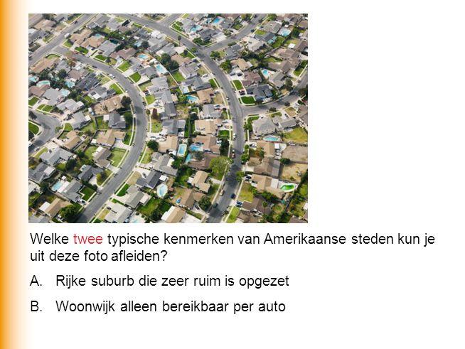 Welke twee typische kenmerken van Amerikaanse steden kun je uit deze foto afleiden