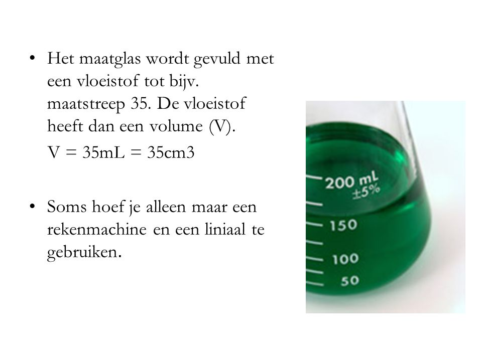 Het maatglas wordt gevuld met een vloeistof tot bijv. maatstreep 35