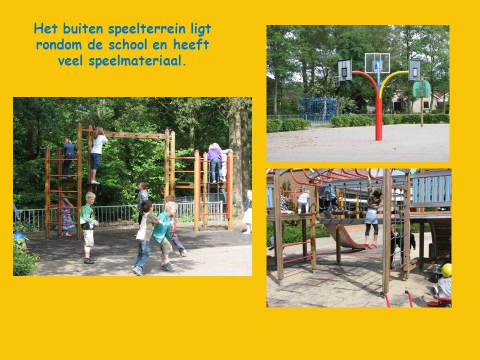 Het buiten speelterrein ligt rondom de school en heeft veel speelmateriaal.