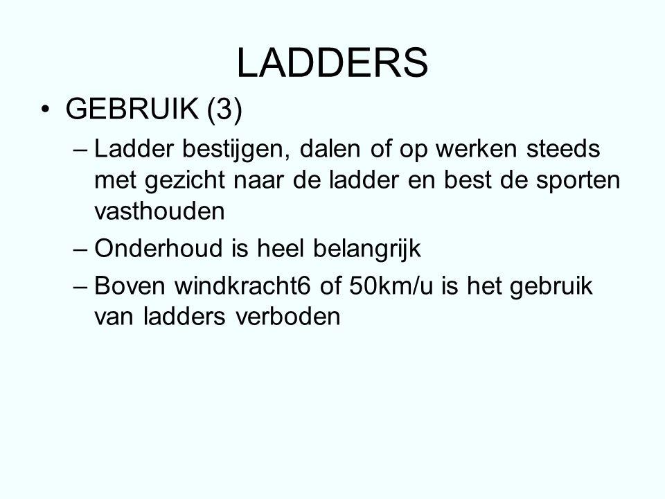 LADDERS GEBRUIK (3) Ladder bestijgen, dalen of op werken steeds met gezicht naar de ladder en best de sporten vasthouden.