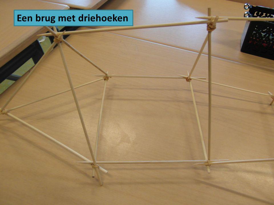 Een brug met driehoeken