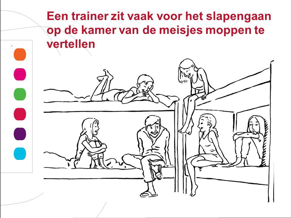 Een trainer zit vaak voor het slapengaan op de kamer van de meisjes moppen te vertellen