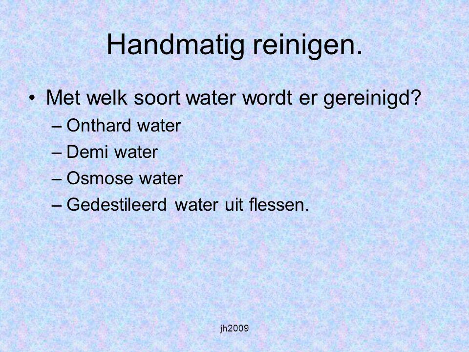 Handmatig reinigen. Met welk soort water wordt er gereinigd