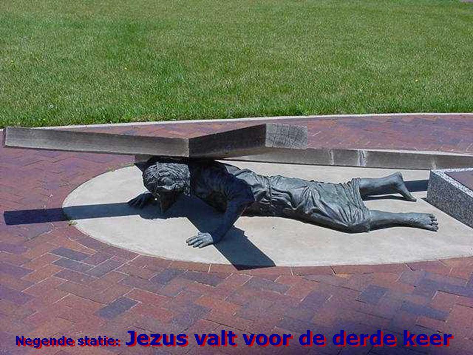 Negende statie: Jezus valt voor de derde keer