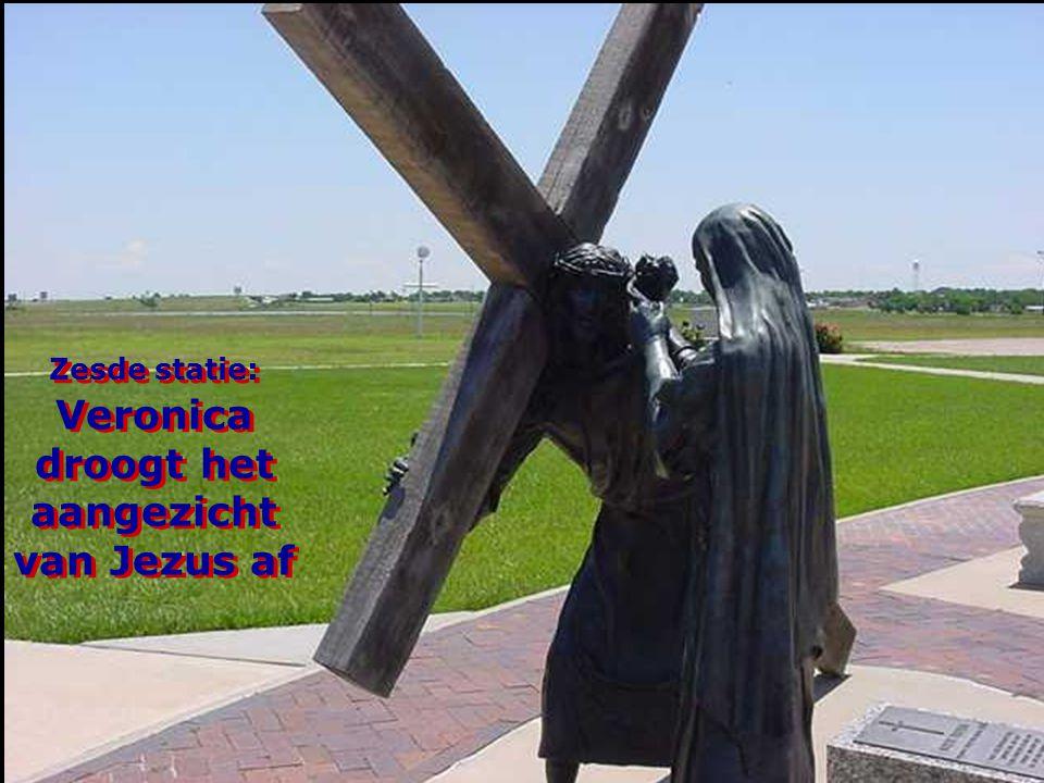 Zesde statie: Veronica droogt het aangezicht van Jezus af