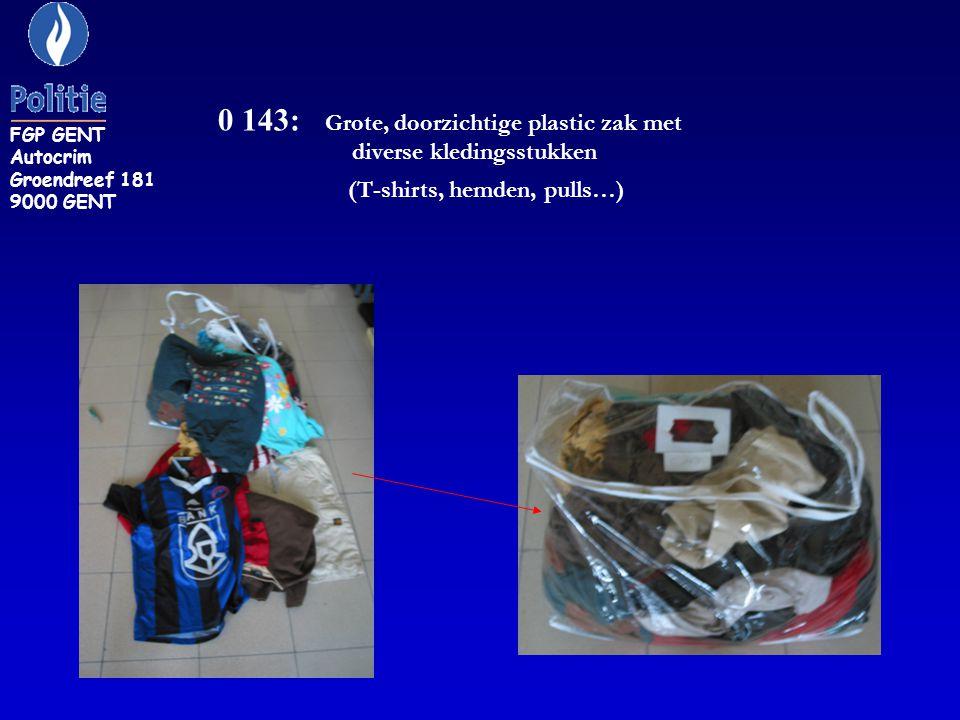 0 143: Grote, doorzichtige plastic zak met diverse kledingsstukken