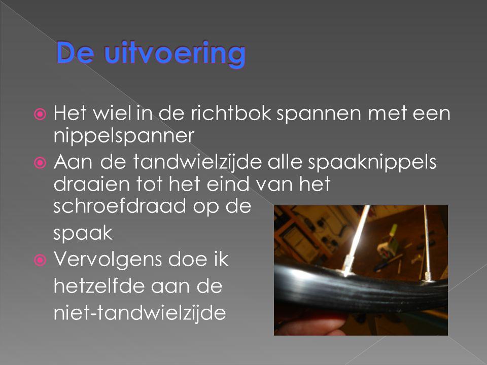De uitvoering Het wiel in de richtbok spannen met een nippelspanner