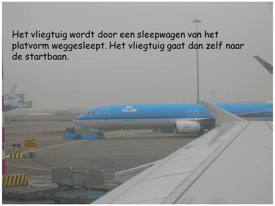 Het vliegtuig wordt door een sleepwagen van het platvorm weggesleept