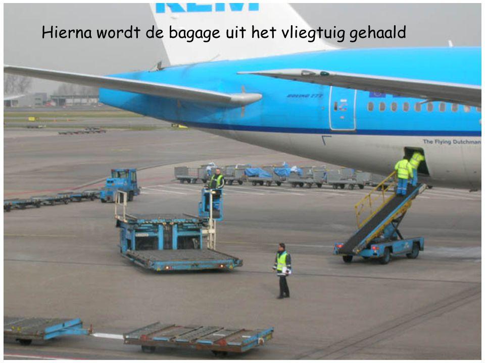 Hierna wordt de bagage uit het vliegtuig gehaald