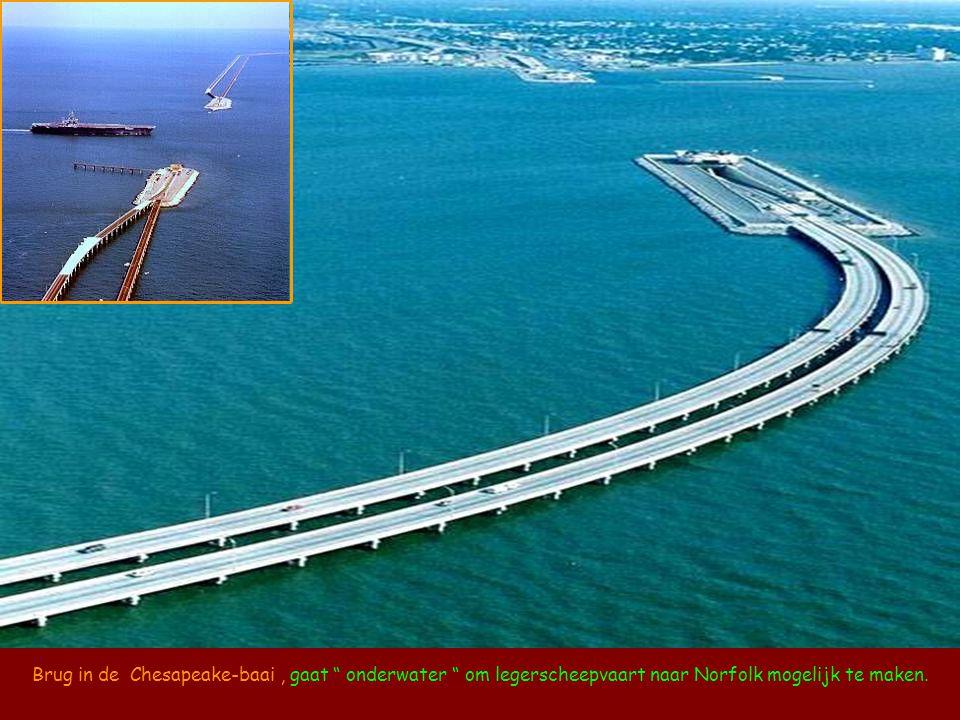 Brug in de Chesapeake-baai , gaat onderwater om legerscheepvaart naar Norfolk mogelijk te maken.