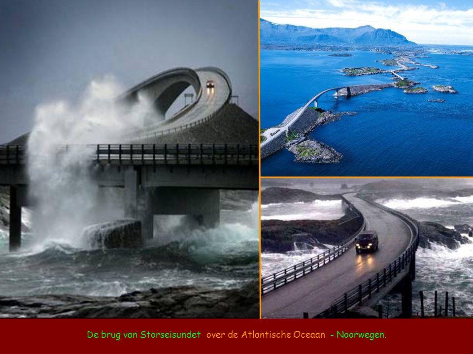 De brug van Storseisundet over de Atlantische Oceaan - Noorwegen.