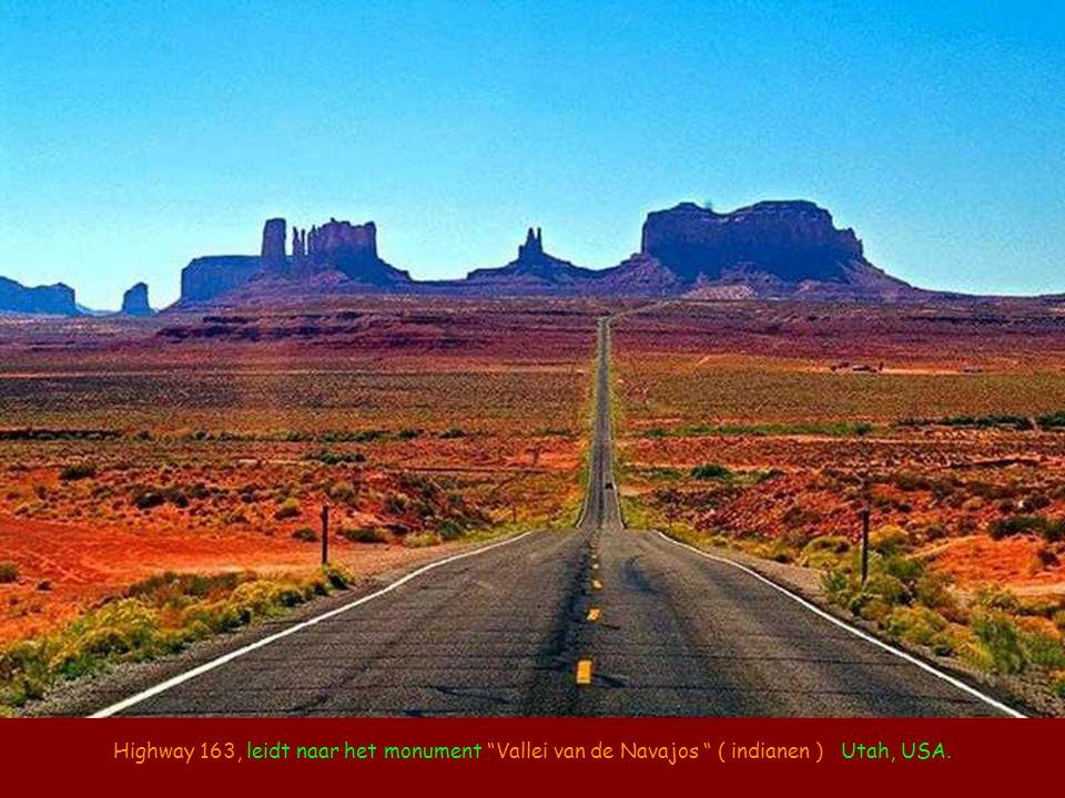 Highway 163, leidt naar het monument Vallei van de Navajos ( indianen ) Utah, USA.