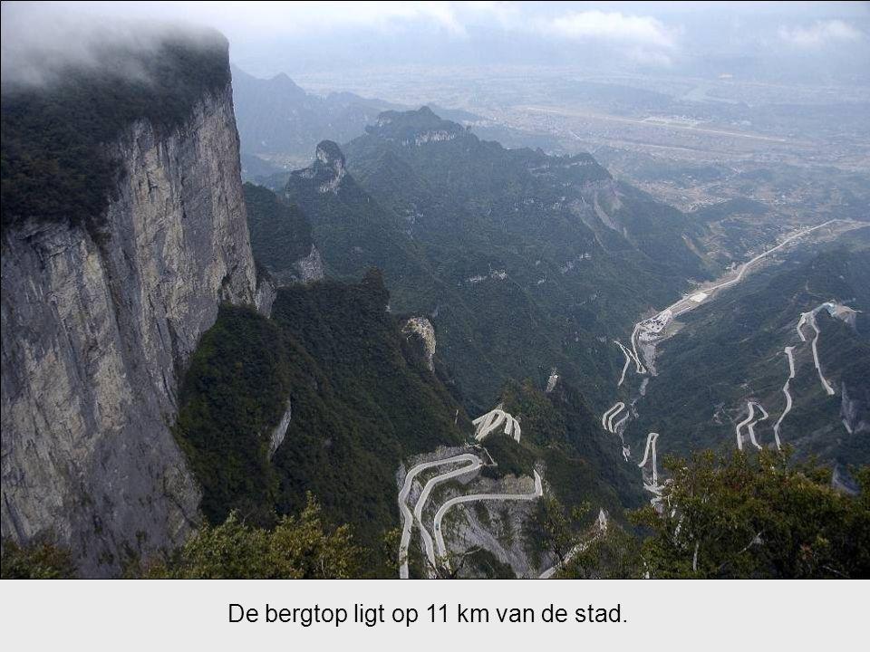 De bergtop ligt op 11 km van de stad.