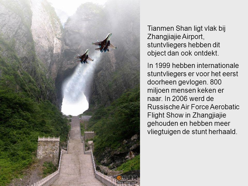 Tianmen Shan ligt vlak bij Zhangjiajie Airport, stuntvliegers hebben dit object dan ook ontdekt.