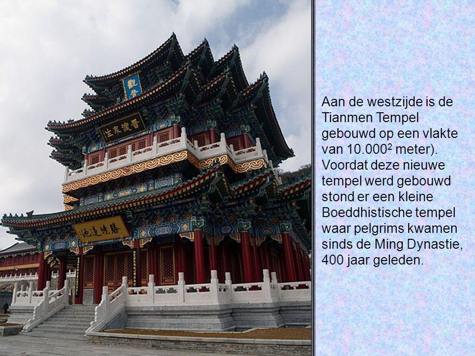 Aan de westzijde is de Tianmen Tempel gebouwd op een vlakte van 10