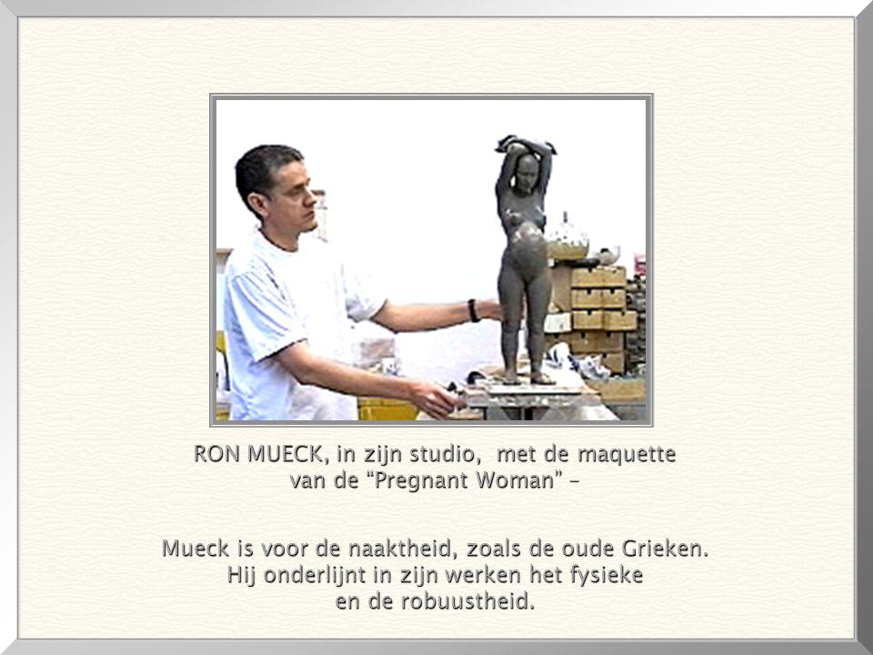 RON MUECK, in zijn studio, met de maquette van de Pregnant Woman –