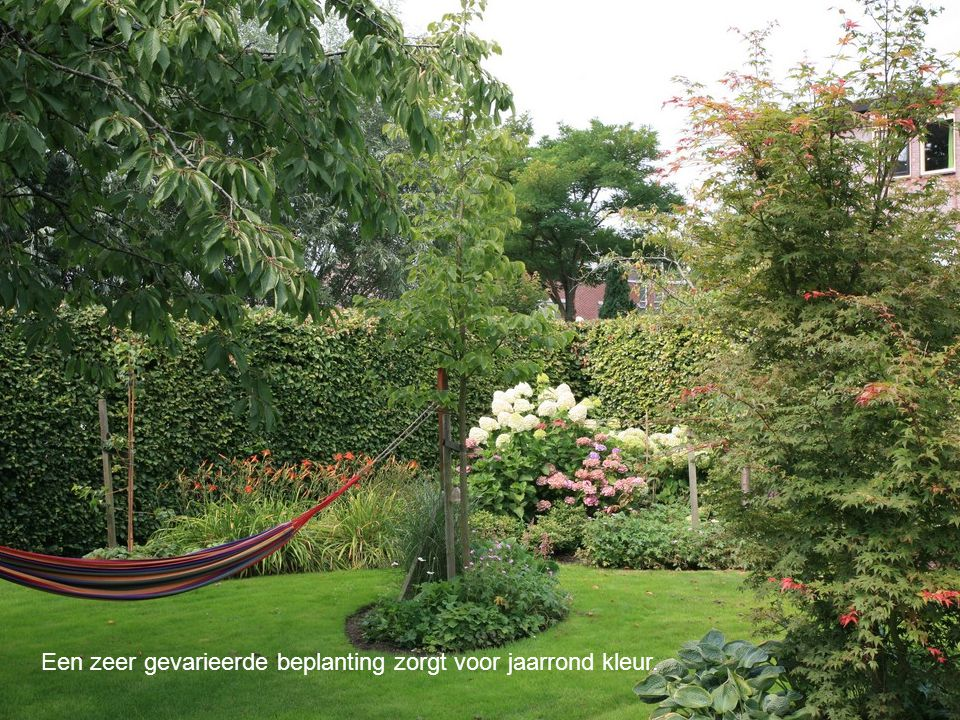 Een zeer gevarieerde beplanting zorgt voor jaarrond kleur.