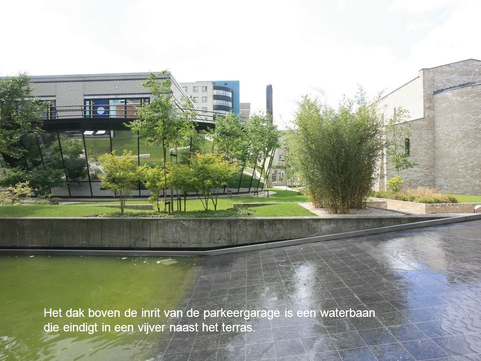 Het dak boven de inrit van de parkeergarage is een waterbaan