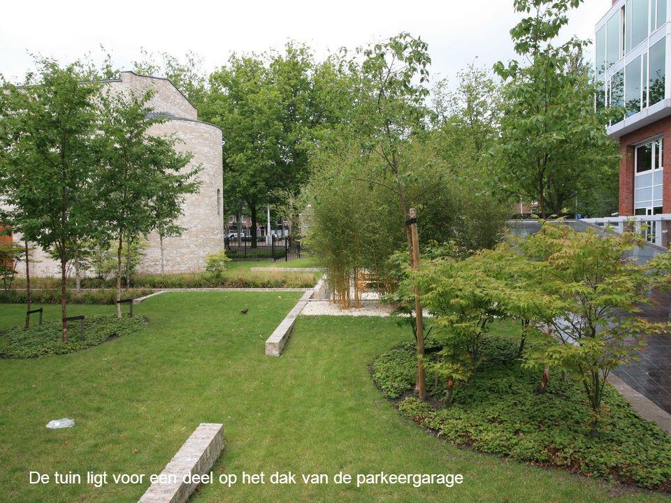 De tuin ligt voor een deel op het dak van de parkeergarage