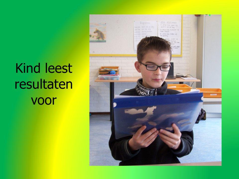 Kind leest resultaten voor
