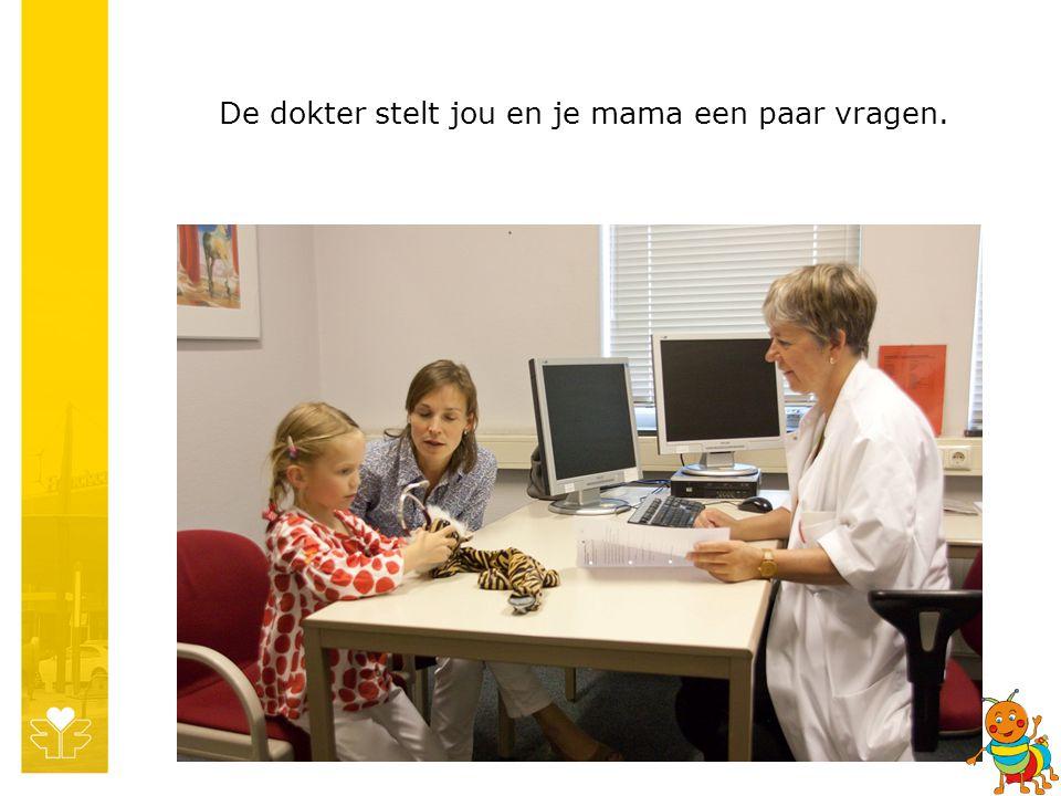 De dokter stelt jou en je mama een paar vragen.