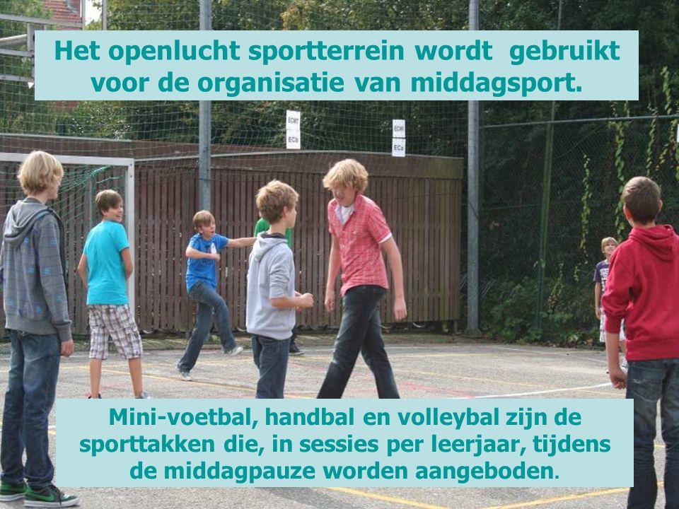 Het openlucht sportterrein wordt gebruikt voor de organisatie van middagsport.