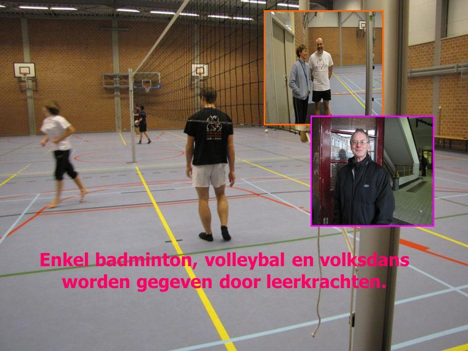 Enkel badminton, volleybal en volksdans worden gegeven door leerkrachten.