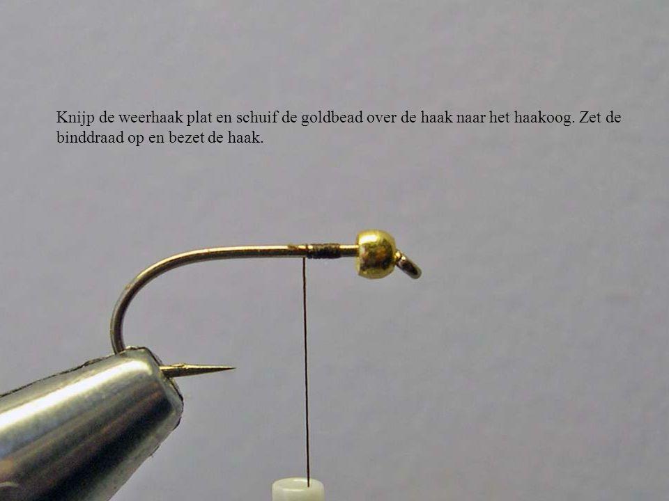 Knijp de weerhaak plat en schuif de goldbead over de haak naar het haakoog. Zet de