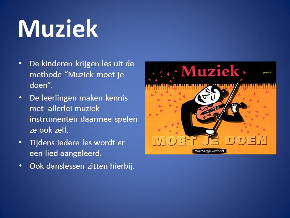 Muziek De kinderen krijgen les uit de methode Muziek moet je doen .