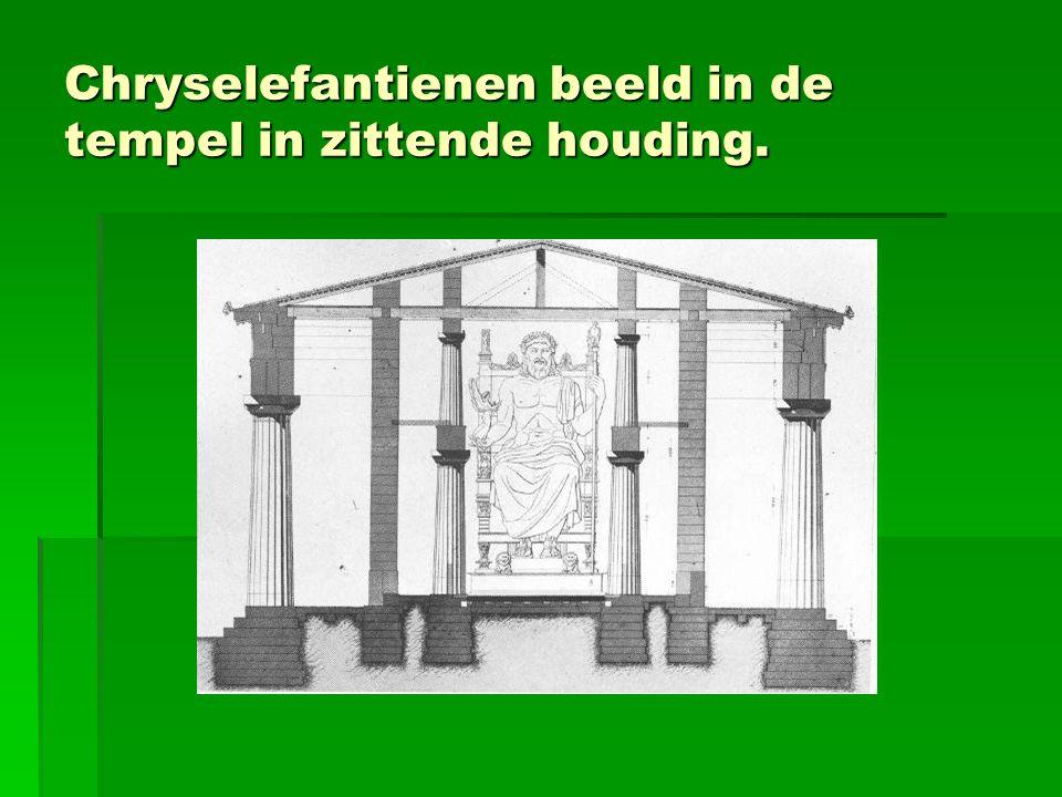 Chryselefantienen beeld in de tempel in zittende houding.