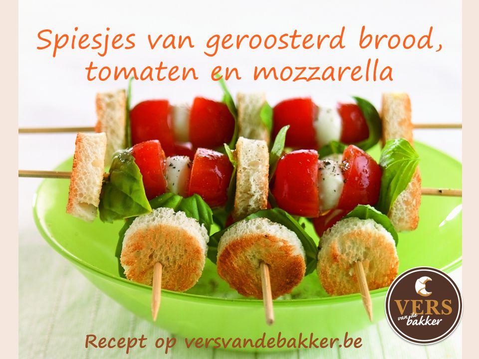 Spiesjes van geroosterd brood, tomaten en mozzarella