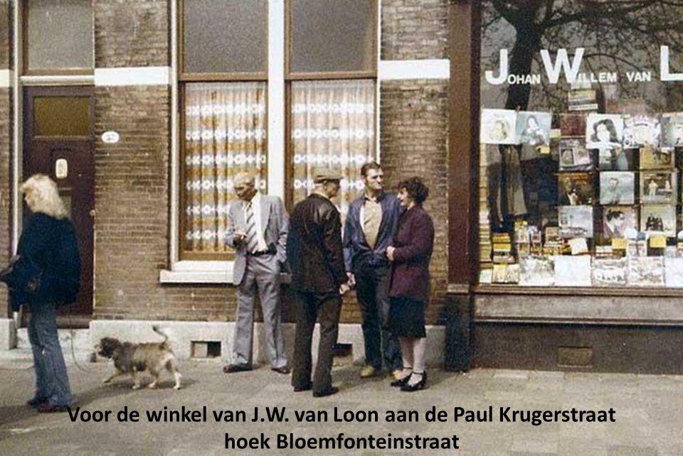 Voor de winkel van J.W. van Loon aan de Paul Krugerstraat
