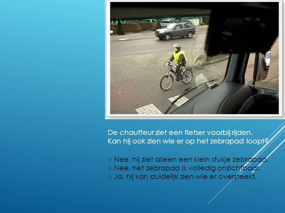De chauffeur ziet een fietser voorbij rijden.