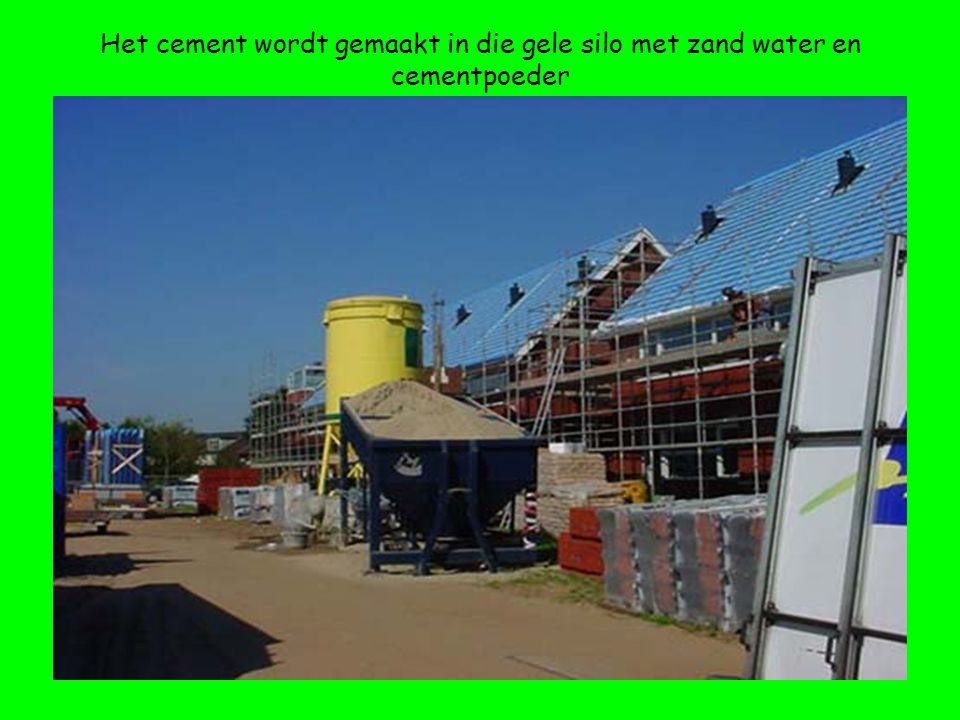 Het cement wordt gemaakt in die gele silo met zand water en cementpoeder