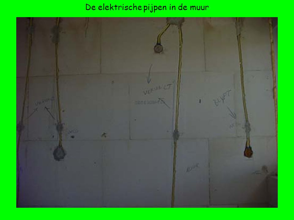 De elektrische pijpen in de muur