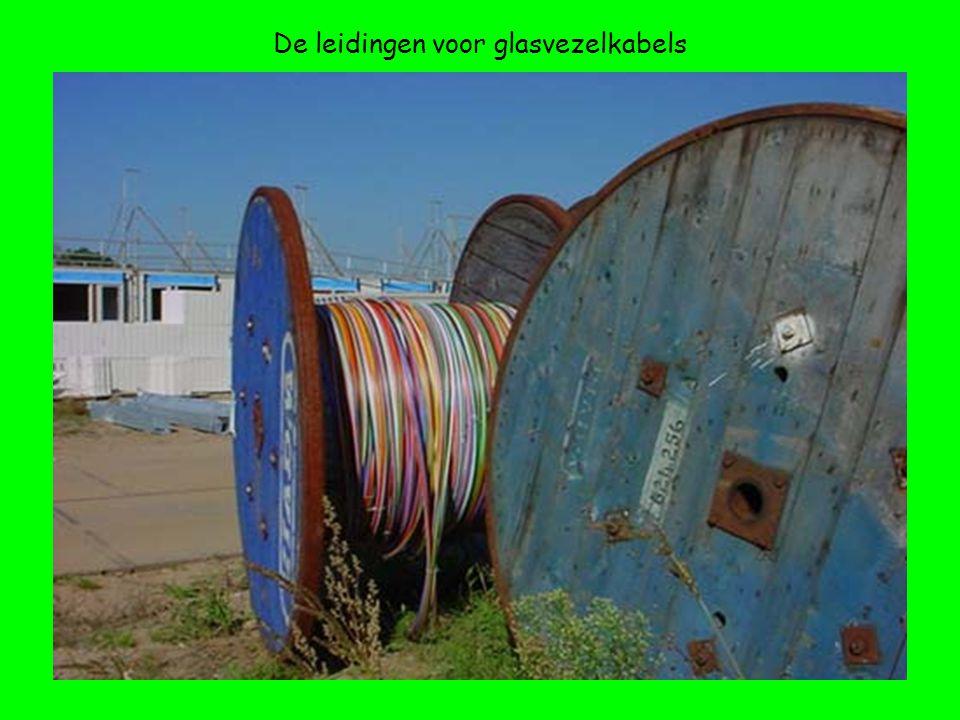 De leidingen voor glasvezelkabels