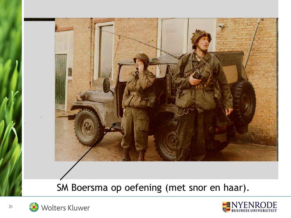SM Boersma op oefening (met snor en haar).