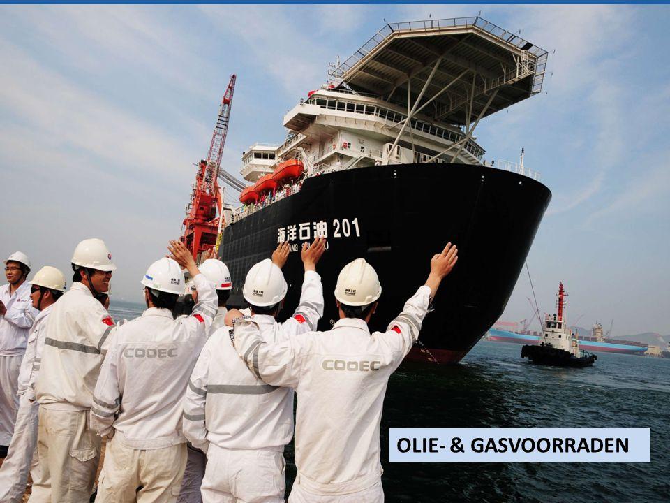 Medewerkers van CNOOC (China National Offshore Oil Corporation) zwaaien de eerste 'deep sea drilling rig' uit in mei 2012 . Met dit schip wordt de expertise van China op het gebied van diepzee-exploratie en exploitatie enorm vergroot, en het toont ook het streven om buiten de eigen 220 mijlszone te gaan zoeken naar olie.