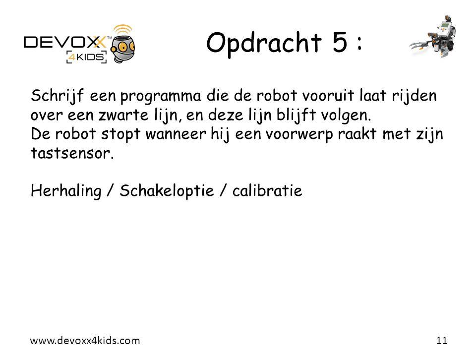Opdracht 5 : Schrijf een programma die de robot vooruit laat rijden over een zwarte lijn, en deze lijn blijft volgen.