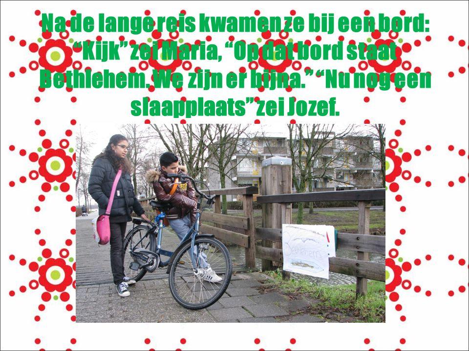Na de lange reis kwamen ze bij een bord: Kijk zei Maria, Op dat bord staat Bethlehem.