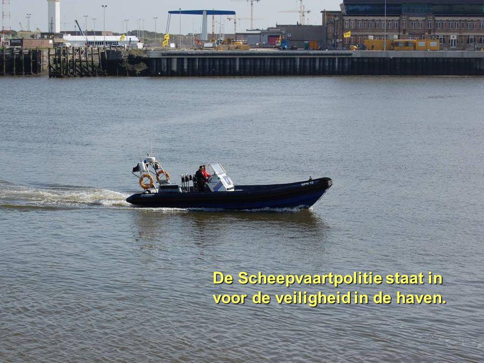 De Scheepvaartpolitie staat in voor de veiligheid in de haven.