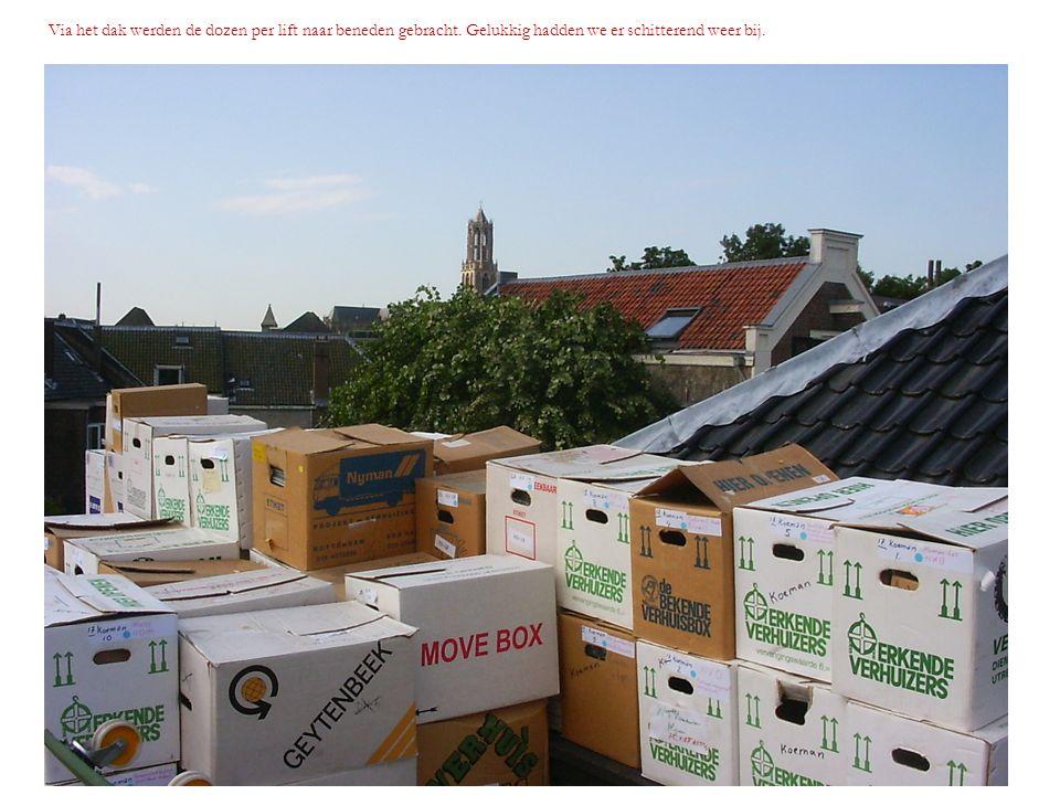 Via het dak werden de dozen per lift naar beneden gebracht
