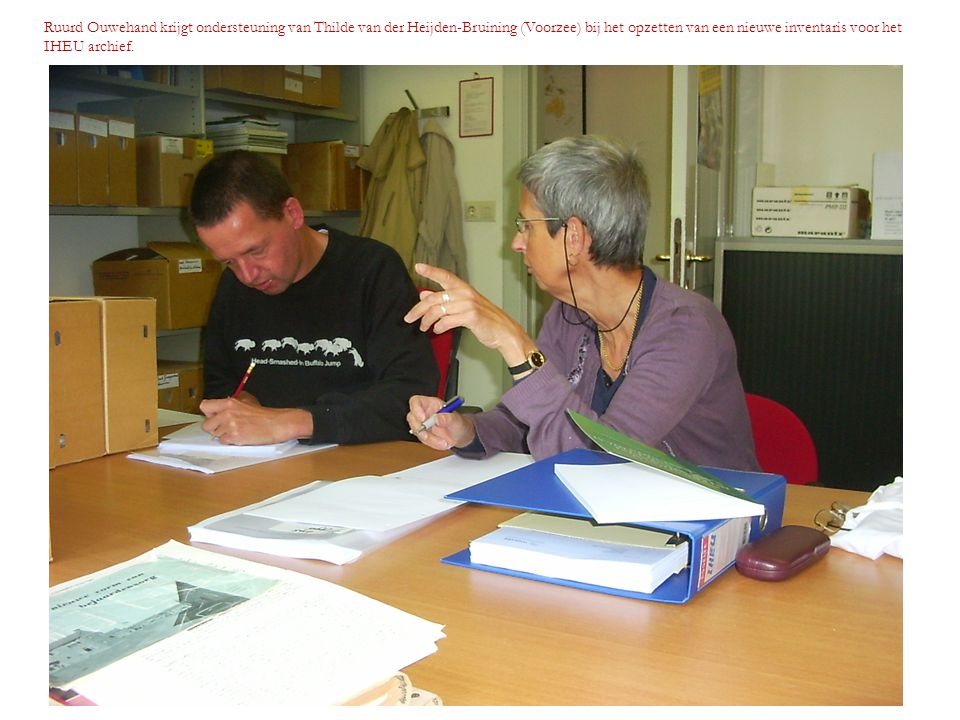 Ruurd Ouwehand krijgt ondersteuning van Thilde van der Heijden-Bruining (Voorzee) bij het opzetten van een nieuwe inventaris voor het IHEU archief.